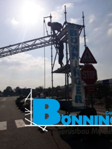 Kabelbrücke Brücke Versorgungsleitung Sommer Kaufland Sondergerüst Oberleistung Strom Wasser
